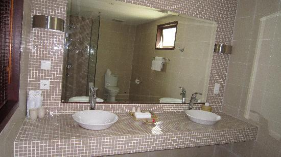 Blue Ocean Resort: Spacious bathroom too
