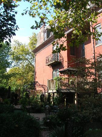 The Park Avenue Mansion Bed & Breakfast: The wonderful courtyard garden