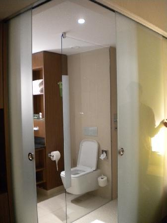 Courtyard by Marriott Wiesbaden-Nordenstadt: bathroom glass doors