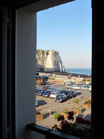 Hôtel l'Aiguille Creuse: Vue sur le parking, les falaises et la mer
