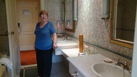Bachas Para Baño De Acrilico: , Spa & Casino: Baño con doble bacha, ducha de acrilico y jacuzzi