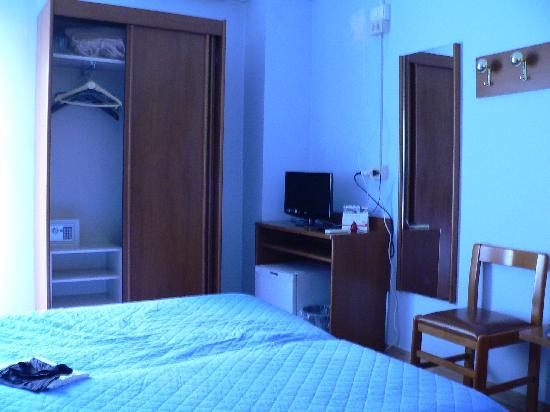 Astor Hotel : camera 1 (TV e armadio)