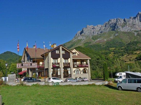Posada de Valdeon, Hiszpania: The hotel is just off a minor road