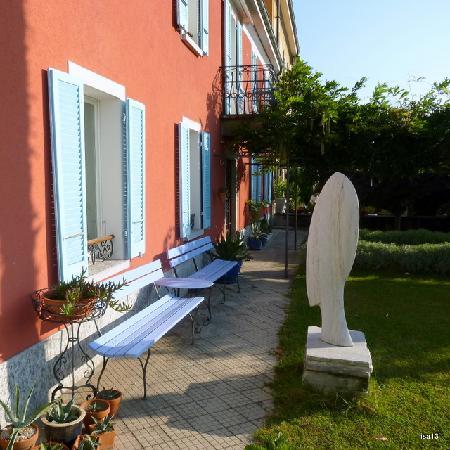Villa sempreverde: Front garden