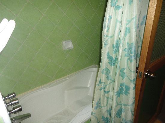 Hotel de la Villa Hermoza: Banheira (não há em todos os quartos)
