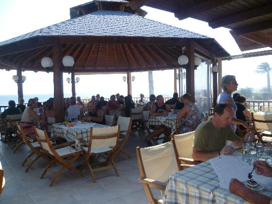 Dimitra Beach Resort Hotel: Barbecue à midi