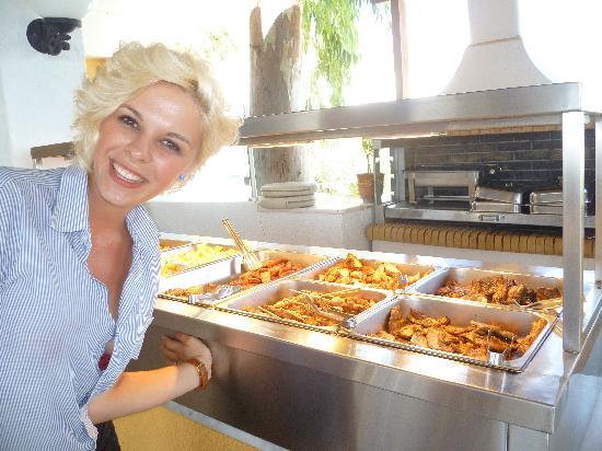 Dimitra Beach Resort Hotel: Barbecue et une serveuse super sympa qui aimait être photographiée !