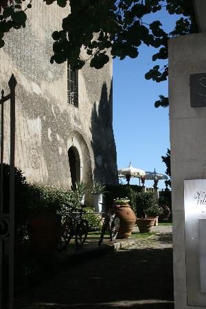 Hotel Villa Sassolini: The entrance (bikes available to explore the countryside)