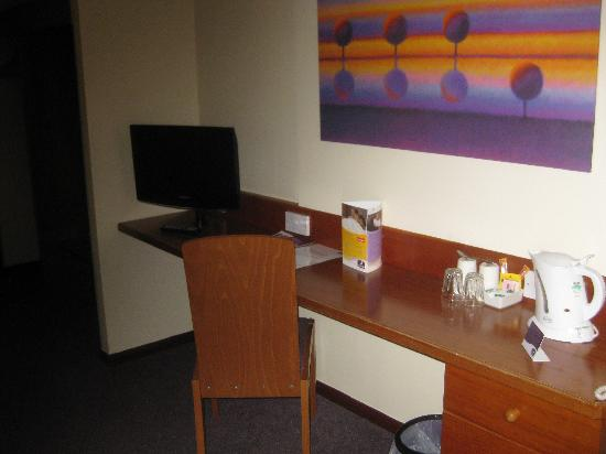 Premier Inn Knutsford (Mere) Hotel: Desk Area