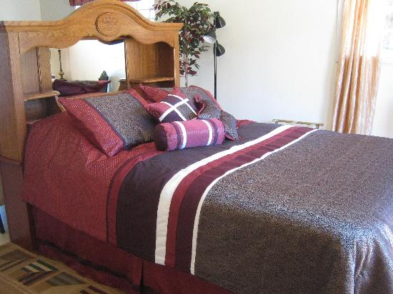 Executive Cottages : Cottage 9 Queen Bed
