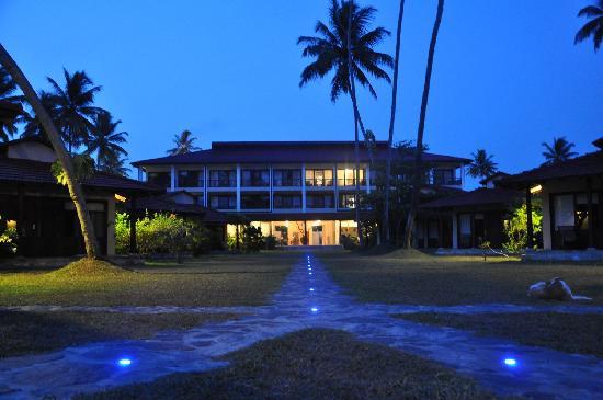 Weligama Bay Resort : Hotel at night