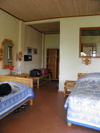Bayu Cottages Hotel and Restaurant: La chambre pour 3 personnes