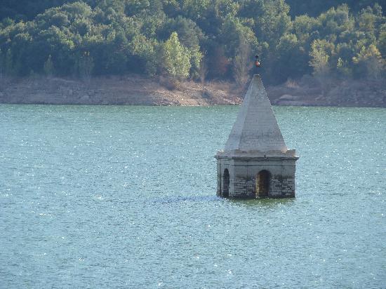 Parador de Vic-Sau: clocher de l'église engloutie