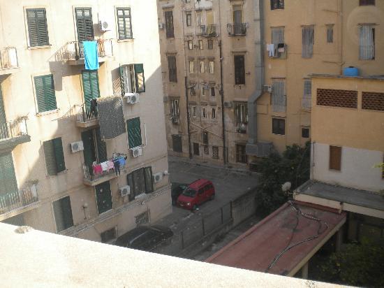 NH Palermo: vista al exterior del hotel,desde la ventana de mi habitacion, por demas horrible....