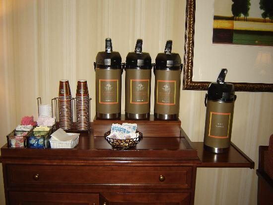 Country Inn & Suites By Carlson, Harrisburg at Union Deposit Road: Coffee station in the lobby