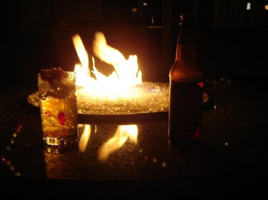 Brass Key Guesthouse: Drinks by the fire pit in the patio area