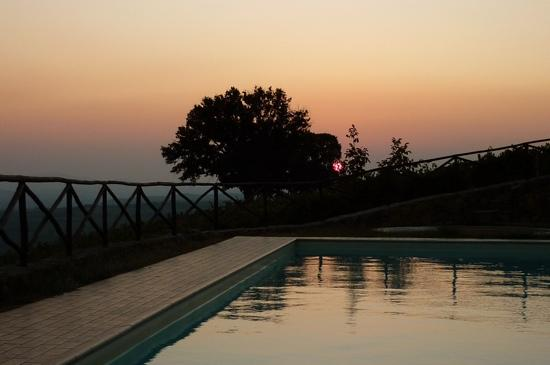 Le 7 Camicie: sunset at the pool having their brunellos is a lifetime experience