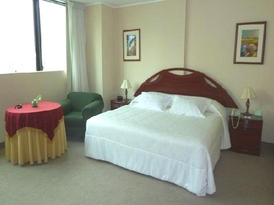 Miraflores Colon  Hotel: Old fashioned and musty smelling, but large and good bed
