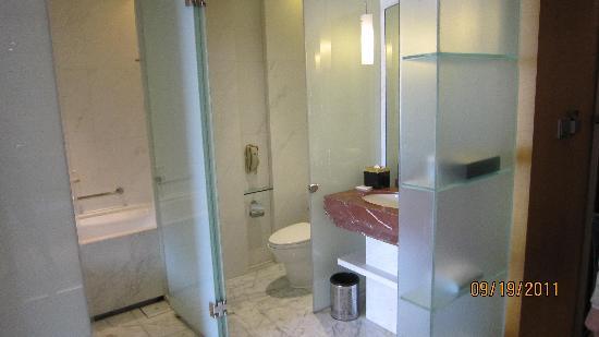 โรงแรมเลอ รอยัล เมอริเดียน เซี่ยงไฮ้: Bath area, a bit cramped and wore out