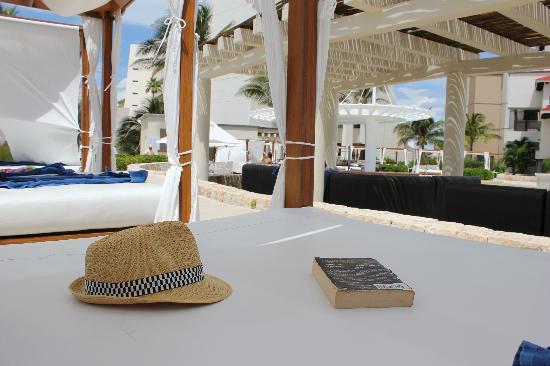Grand Park Royal Cancun Caribe: Cabanas along the premier pool