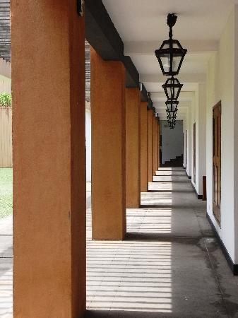 เจ็ทวิงไลท์เฮาส์: 廊下。影が作る幾何学模様