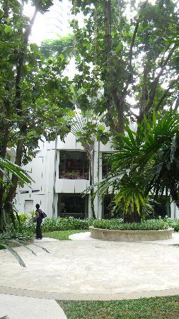 โรงแรมแชงกรี-ล่า กัวลาลัมเปอร์: garden outside Lemon Cafe