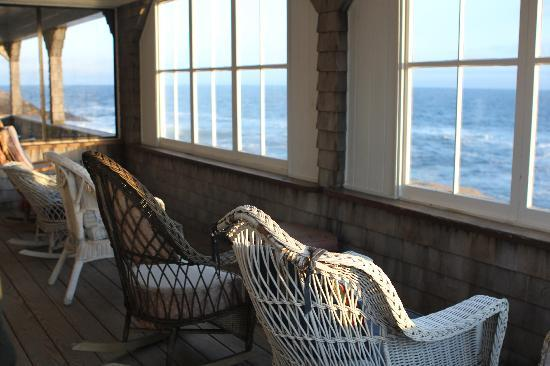 Driftwood Inn and Cottages: Indoor porch