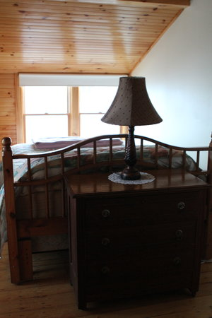 Driftwood Inn and Cottages: Bedroom facing the water