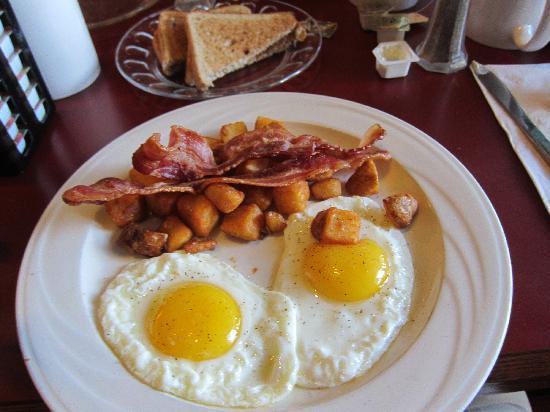 Holiday Inn Cape Cod-Falmouth: Made to order eggs + premade bacon and potatos