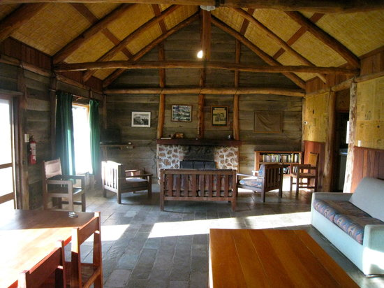 Grampians Pioneer Cottages : Living space with log fire