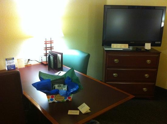 Larkspur Landing Hillsboro: welcome package, desk and TV