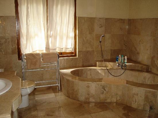 Pande Permai Bungalows: Badezimmer mit Dusche und kaum Wasser