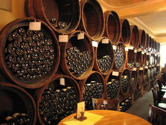 Weinstube Kesselstatt: Wine barrels along the wall