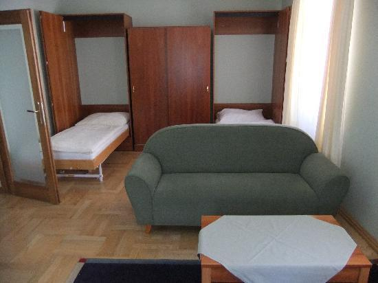 Penzion Cafe Kriva: Living room with beds in closet