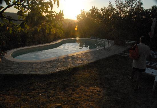 Borgo Tepolini: La piscina al tramonto