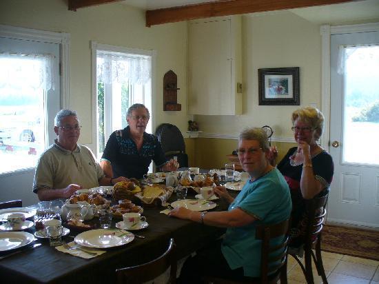 Domaine de nos Ancetres : Salle à manger à la table somptueuse