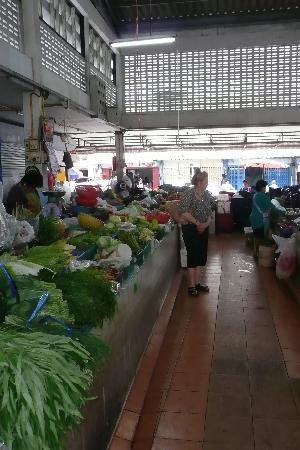The Heritage Baan Silom Hotel : In a market near Hotel