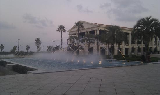 Hotel Las Arenas Balneario Resort: Fountain with one of the conference centres to the right