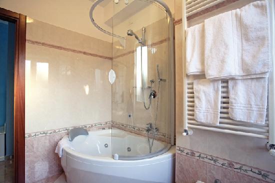 Hotel Aquila: bagno junior suite venezia