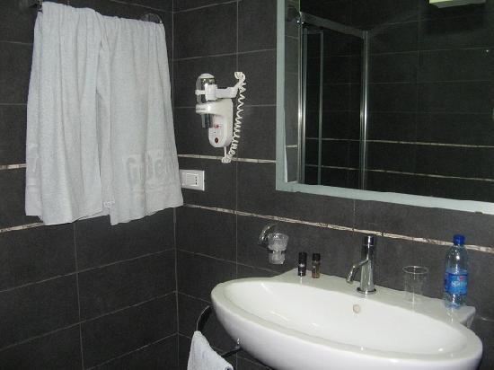 Golden Hotel: Bathroom