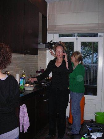 บูตีคโฮเต็ล วิว: Natalie in action, Anna the housekeeper in the back