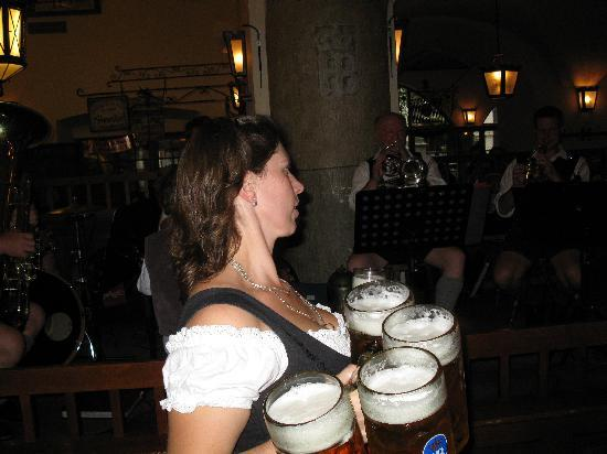 Hofbrauhaus: How can they do that and not drop them?