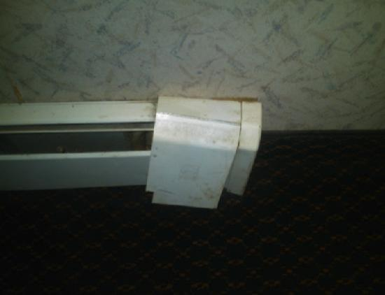 National 9 Inn Gillette : broken heater cover, note the dust/dirt as well
