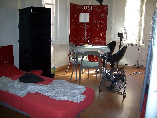 Camera con due letti a castelli e due singoli - Picture of Poprooms ...