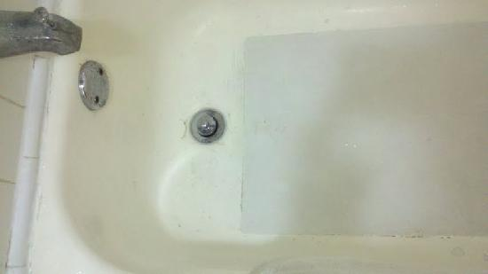 Quality Inn & Suites: Tub