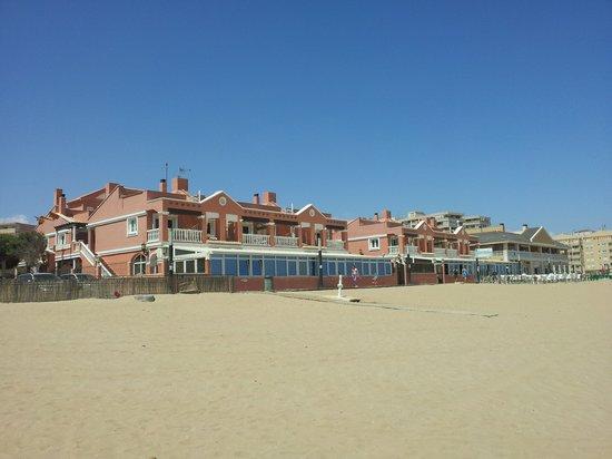 Lloyds Beach Club: Vista del hotal desde la playa