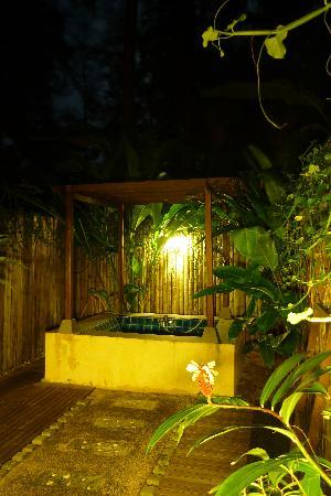 Baanpanwa Resort and Spa: The bath and courtyard by night