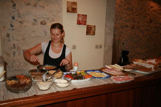 Casa Moazzo Suites & Apartments: Vicky fixing eggs for breakfast