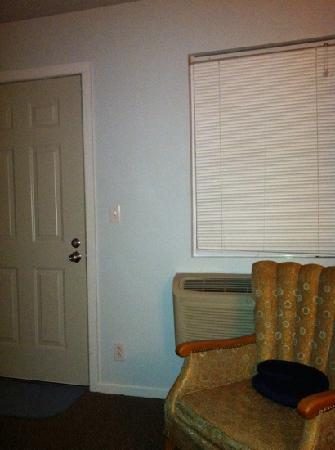 Cottonwood Inn : No curtains, porch light outside
