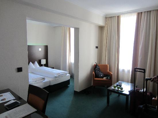 Fleming's Hotel Munchen-Schwabing: Sitting room and bedroom